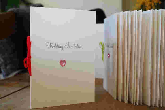 招待状や席札、メニューetc.結婚式で使うペーパーアイテムはたくさんあり、全てを結婚式場に頼むとお金が掛かってしまいます。費用節約や招待状にこだわりたい場合は、自分で作っちゃいましょう。