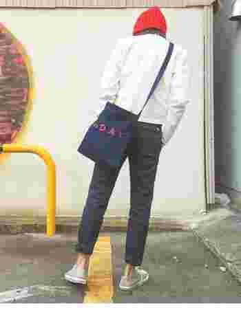 パンツスタイルによく似合う、斜めがけのショルダーバッグ。ロゴ入りのデザインは、後ろから見た時にもアクセントになりますね!