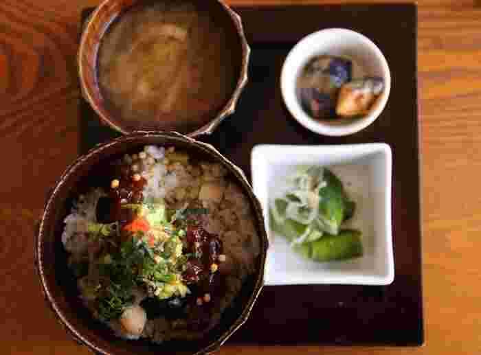 メニューは基本的に和食です。大人様定食は好きな丼にお味噌汁や小鉢がついてきます。