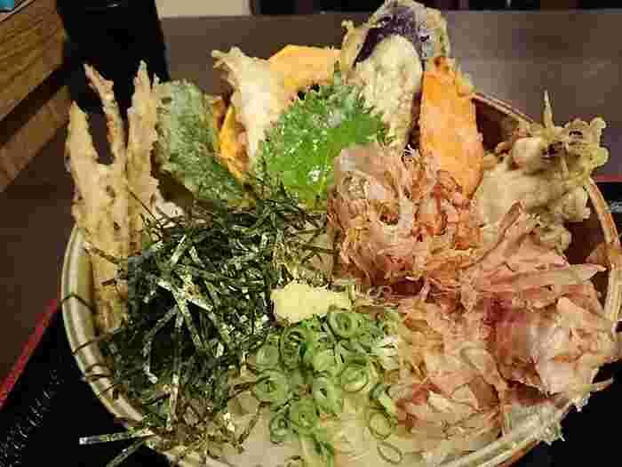 こちらは野菜天ぶっかけ。天ぷらがたっぷり乗っている人気メニューです。ごぼ天の他、ピーマンやかぼちゃ、なす、大葉、しめじなどもりだくさん!