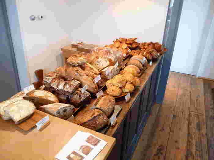 薪を使って石窯で焼くパンは、ハード系やデニッシュ、クロワッサンなど、種類豊富に取りそろえられています。