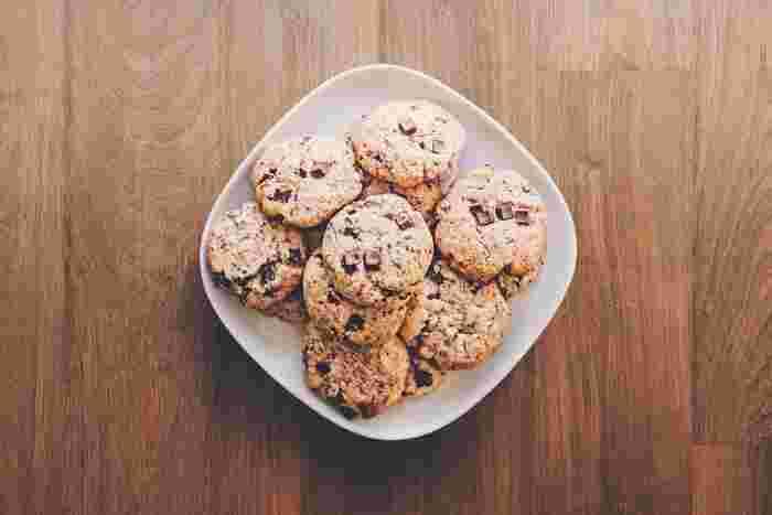 小さいころ、お母さんと一緒にクッキーを作ったことがある人は多いですよね。クッキーを焼き上げる甘い香りがお部屋いっぱいに広がって、わくわくしながらオーブンを覗き込んだのを覚えていますか?クッキーの香りは、私たちの心に残るノスタルジックな気持ちまで思い起こしてくれます。