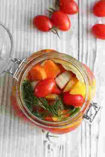 たくさんの野菜を漬けた色鮮やかなピクルス。ピクルス液だけ覚えてしまえば、きゅうりやカリフラワー、れんこん、きのこなど、色々な野菜を食べることが出来ます。