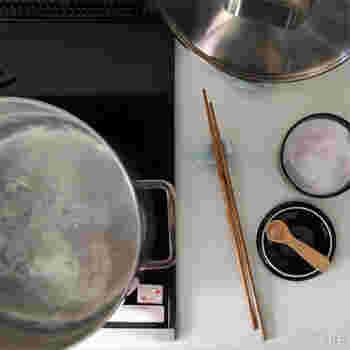 関西を拠点に全国で活動しているプロダクトデザイナーや調理師などのプロ6人が集まって結成されたデザイナー集団「graf」が手がける「SUNAO 菜箸」。