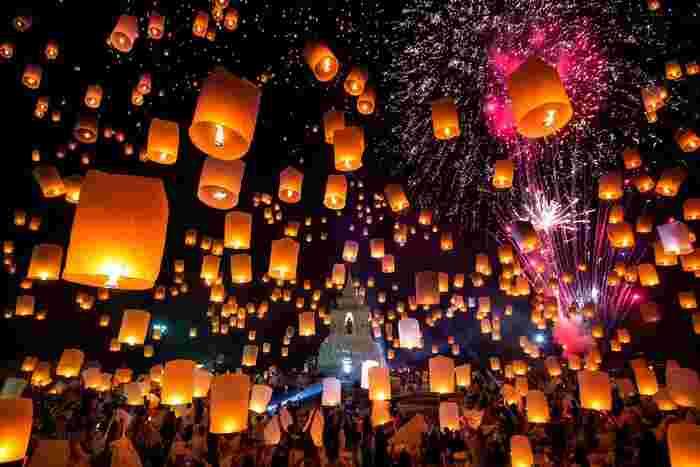 海外で有名なランタン祭りと言えば、あのディズニー映画「塔の上のラプンツェル」のモデルにもなったタイ・チェンマイで開催されるスカイランタン『コムローイ祭り(別名:イーペンランナー・インターナショナル・フェスティバル)』は外せません。このお祭りは、ブッダに感謝の気持ちを捧げるため、そして毎日が平和で幸福であるよう厄払いをするために開催されています。