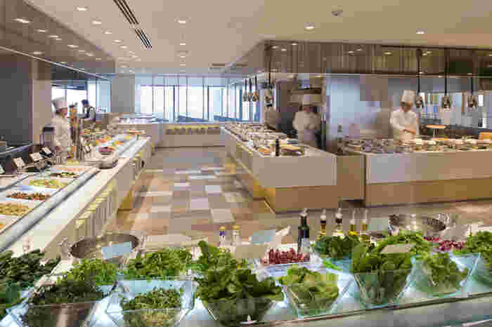 広々とした店内には、サラダだけでもこんなに種類が!シェフもいるので、出来立ての美味しい料理が食べられます。