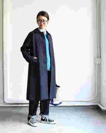 「YAECA(ヤエカ)」のステンカラーコート。シンプルなデザインは飽きることなく、長く着られます。裏地が付いているので、ニットを合わせてもごわつかない点も魅力です。