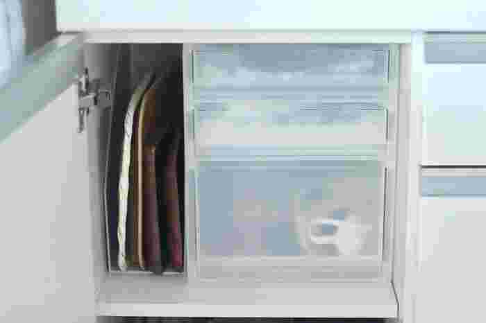 キッチンボードの扉を開けると、半透明で中身がわかりやすい無印良品のポリプロピレンケースが。「これはここ!」と専用の収納場所があれば、「片付けない」という選択肢は生まれないはず。