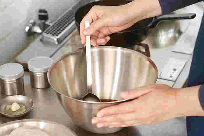 受け皿部分は浅く作られており、柄も長いので調味料を計量した後、そのまま混ぜ合わせることができるのも嬉しいポイント。深さがあるボールでも簡単にかき混ぜることができるので、別の調理器具を使わずにすんで便利です。