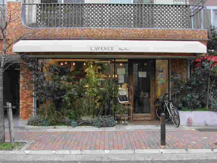 神戸のスイーツ会に新たな風を吹かせたL'AVENUE(ラブニュー)。 オーナーの平井茂雄シェフは、世界唯一のチョコレートの世界大会で優勝し、ワールドチョコレートマスターの称号を得ました。 2012年に満を持して、地元・神戸の山の手の住宅街にお店をオープンしたのです。