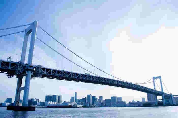 「はとバス」に乗って車の中から、上野駅・レインボーブリッジ・葛西臨海公園・東京ディズニーリゾートといった、東京のデートコースとしても人気の名所を眺めましょう。ドライブデートの人気スポット、こちらレインボーブリッジは通りますよ。