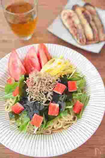 やわらかい海藻とカリカリじゃこの食感のコントラストが楽しい冷やし中華です。カニカマを加えて彩りアップ。