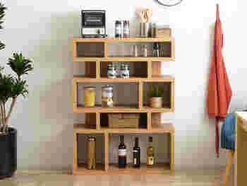 おしゃれなボトルやケースに入った調味料やお酒などはしまわずに飾ってみるのはいかがでしょう。高さを揃え均等に並べることで、清潔感のあるきちんとした印象のキッチン・ダイニングになりますよ。