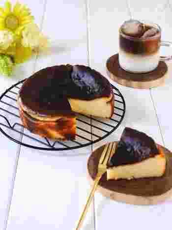 焦がした表面がカラメルのような味わいでやみつきになる、どっしり濃厚な「バスクチーズケーキ」。材料も少なく混ぜて焼くだけなので簡単に作れちゃうんです。これは是非一度試していただきたいレシピです。