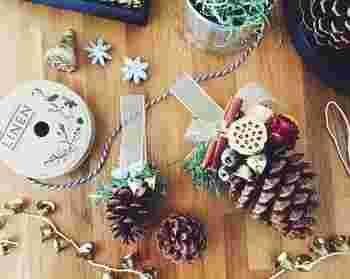 大きな松ぼっくりに、リボンや鈴を付けた可愛らしいオーナメント。⾃然素材を取り⼊れるのも、海外のクリスマスらしさが感じられていいですね。