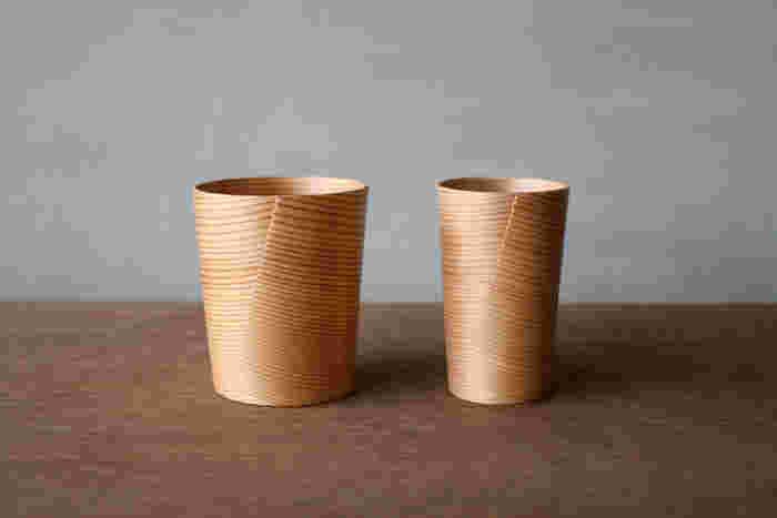 天然の秋田杉から作られたビアカップは、2000年にグッドデザイン賞を受賞。美しい円錐上の曲線のデザインだけでなく、手に馴染みやすいこともポイントです。大小とサイズがあり、ペアで使ったり、プレゼントにも良さそう。