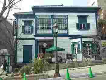 こちらも異人館に程近い北野坂に位置する『スターバックス』。1907年に建築された当初は米国人が所有していた洋館を活かしたお店。建物は登録有形文化財に指定されています。