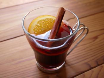 """いかがでしたか?お好みのお酒やフルーツで自由に作ることができるのが""""おうちBar""""の魅力。秋は身も心も温まる「ホットアルコールドリンク」でほろ酔い&リラックスな時間を楽しんでみてくださいね。"""
