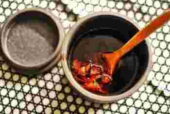 XO醤は、干し貝柱や干しエビ、金華ハムなどを唐辛子やニンニクと合わせた調味料。1980年代の香港で生まれたソースで、贅沢なうまみとコクが料理の味をグレードアップしてくれます。高級なおつまみや箸休めとして、そのまま食べることもできます。