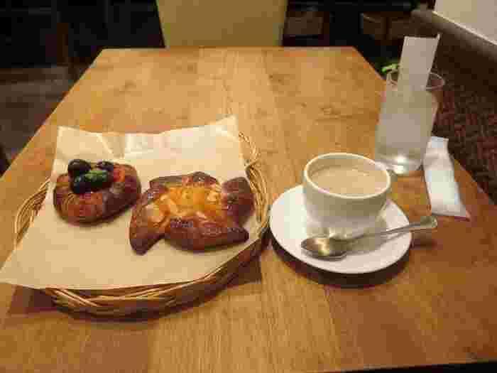 パンは100種類ほどあり、選ぶだけで30分以上かかってしまう人も。木のぬくもりあふれるオネストカフェで優雅にいただけます♪