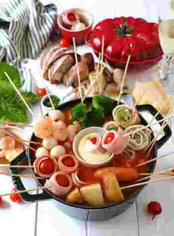 トマトジュースでつくる簡単トマト鍋。真ん中にはフォンデュチーズを置いて、トマト鍋&チーズフォンデュ、ダブルで楽しめるように。女子会にもぴったりです。