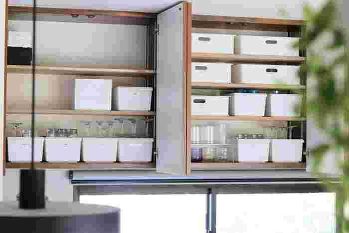 グラスの種類ごとに仕分けて収納したアイデアです。収納ボックスは、無印やニトリ、100円ショップでも揃えやすいアイテム。 グラスをたくさん使用するときも、ボックスごと出し入れできるのも便利です。