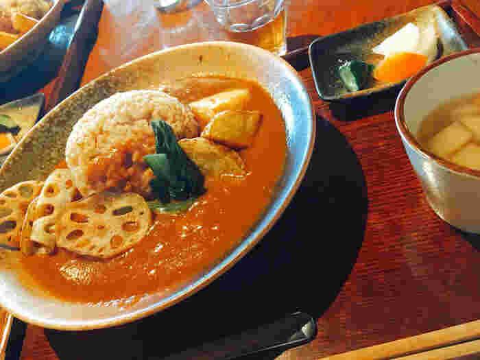 食事なら「三宅カレー」を。スパイスの香りがきいたマイルドな辛さの優しい味わいのカレーです。