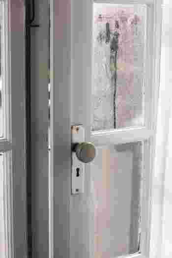 """玄関にこもる""""ニオイ""""の原因はなんだろう?対策&掃除術、おすすめ消臭グッズをご紹介"""