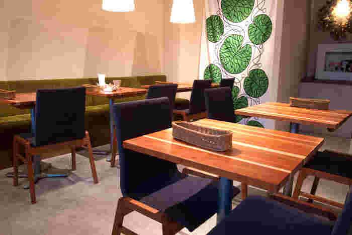 北欧のような洗練された雰囲気の店内は、ゆったりとくつろげると評判。シンプルでセンスのあるインテリアが素敵で、友達を連れて来たくなるカフェです。