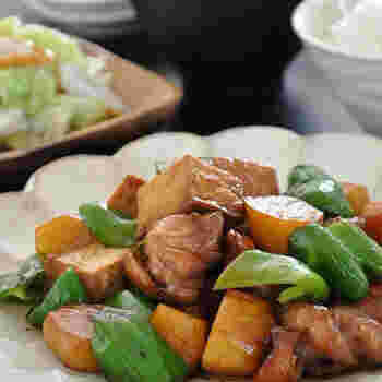 鶏もも肉やじゃがいものバター醤油炒め。家にあるお肉や野菜でささっとできます。節約にもなる、うれしいメイン料理です。