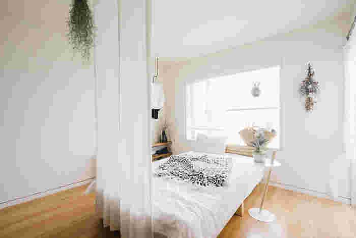 ワンルームなどでお部屋が見渡せてしまうのがネックというときには、天井から布を吊って、仕切りとしてアレンジしてみるのがおすすめ。お部屋を緩やかに区切ることで、それぞれのスペースの持つ役割をはっきりさせることができるようになります。