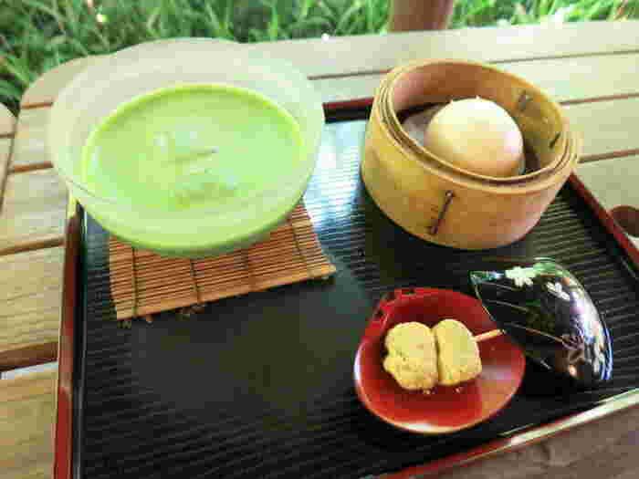 とっても可愛らしいウサギ饅頭とお抹茶のセット。鎌倉らしい風情のあるお店で美味しいお抹茶とお饅頭を頂く…鎌倉散策の醍醐味ですね。小休憩にぜひ立ち寄ってみてください。