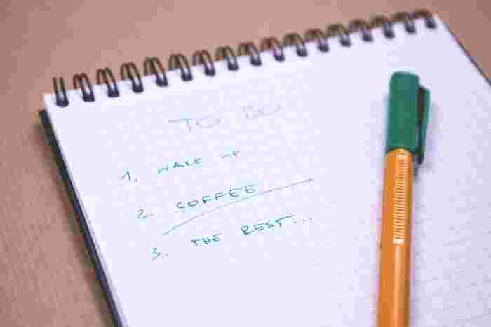 「なんとなく暇」なときこそ、スマホは時間つぶしのお供になりがち。  だったら「なんとなく暇」にならないように、やること・やりたいことを明確にしたリストを手元に準備しておけば、本来自分がやりたいことに時間とパワーを注ぎやすくなります。  寝る前に、翌日やりたいことのリストアップをしておけば、朝から気持ちよく自分の本当にやるべきことを意識して時間を使うことができますよ。
