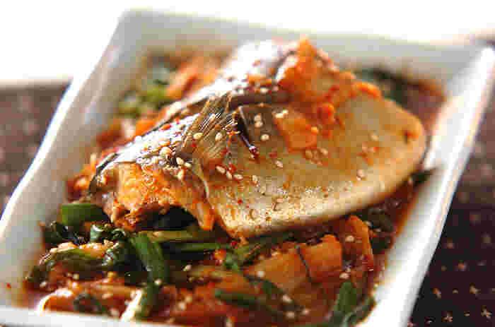 キムチ煮は辛い味がお好きな方にぜひおすすめしたいレシピ。白菜キムチやニラなどと一緒に煮込み、辛味をしっかり染み込ませます。寒い日でも体がぽかぽかになりそうなメニューですね!