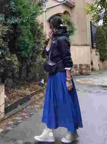 ぱっと鮮やかなブルーのスカートは足元にどんな色を合わせようかと迷ってしまうこと、ありますよね。ベージュなら様々な色味との相性がよく、こなれた雰囲気も演出してくれます。