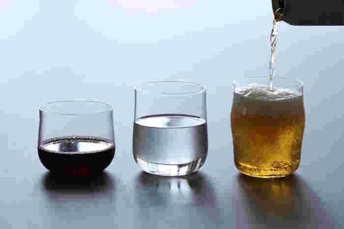無駄のないシンプルなHIBITO(ヒビト)のグラスも素敵ですよ。写真左から順に、<Wine&Shochu(ワインと焼酎)>、<Water(水)>、<Beer(ビール)>。一番小さいサイズが焼酎用ですが、氷を入れたり果物を入れたりアレンジするなら<Water(水)>を使っても良さそうですね。お酒以外にも使いやすいものを選んでみてください。