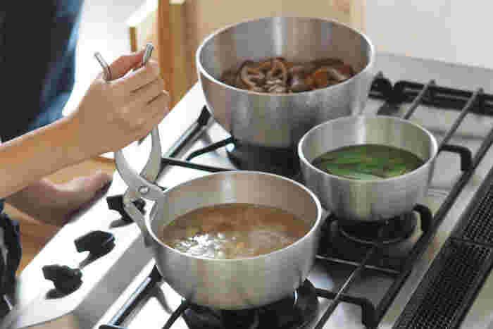 取っ手がついていないから、服に引っ掛けてお鍋をひっくり返す心配もなし。持ち手がなく軽いやっとこ鍋はテーブルにそのまま出したり、アウトドアにもどうぞ。