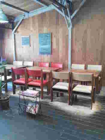 赤い椅子が可愛いですね。  居心地がとってもいいので、待ち時間も楽しめてしまうのが『かもがわカフェ』の良いところ。 雑誌も置いてあります。