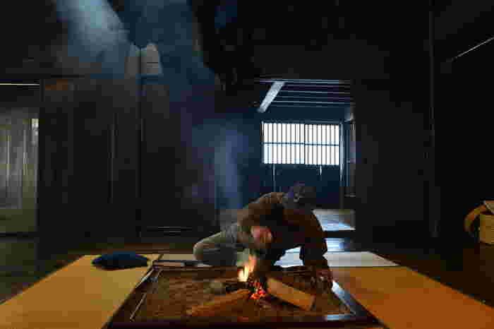 茅葺屋根の民家にある囲炉裏は屋内の暖を取る手段としてだけでなく、茅葺屋根をいぶすことで害虫などを駆除し、屋根の強度を高める重要な役割を果たしていました。