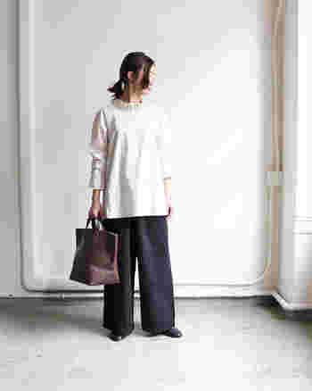 いつものトートバッグも、深まる季節に合わせて大人なデザインをセレクト。重厚感のあるレザーなら、シンプルなパンツスタイルも洗練された装いに。