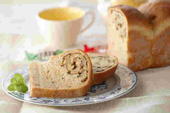 紅茶とミントのフレーバーが香るこんなおしゃれな食パンで1日を始められたら幸せですね。食事としてだけでなくティータイムにもぴったり。