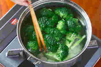 鍋にお湯を湧かし、水約1.5Lに対してティースプーン約2杯の塩を入れます。カットしたブロッコリーと茎を入れたら、大きさにあわせて、2〜3分くらい茹でます。2分くらいで一度太いものを取り出し、茹で加減を確認すると良いかも。