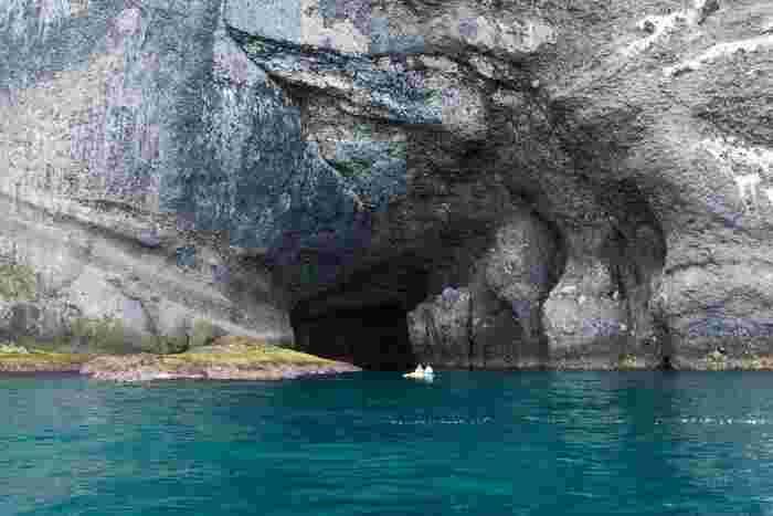 いざ、洞窟へ。カヌーと見比べると岩の大きさがわかりますね。迫力満点です。