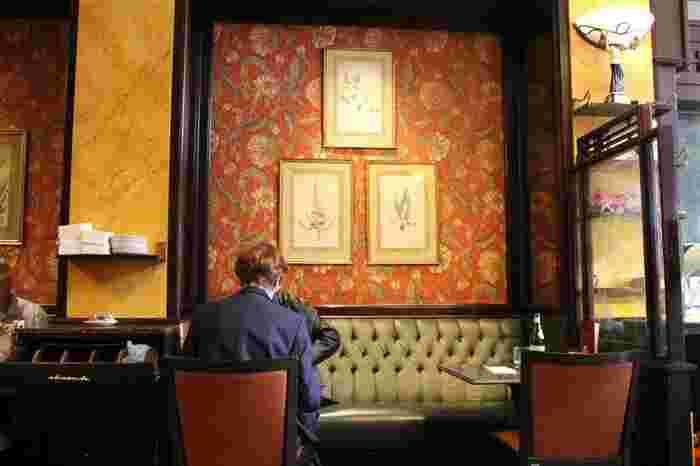 ソファや椅子などの生地に使われているのと同じ色の入った柄を選ぶと、合わせやすいと思います。こちらの画像の壁紙も、ソファ&椅子と同じ色が入っていて、大胆な柄でありながらしっくりとなじんでいますよね。