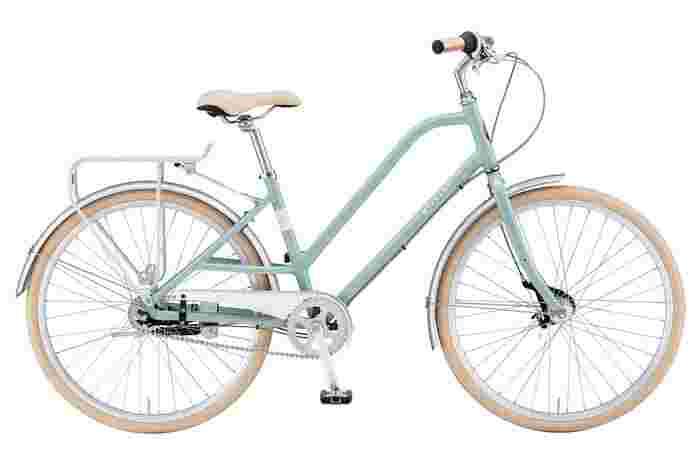 洗練されたデザインが特徴の『CAFÉ MILANO(カフェミラノ)』。こちらも乗り降りしやすいフレーム形状になっています。前後泥除けやスタンドなども装備され、普段のお買い物や街乗りに最適な自転車です。