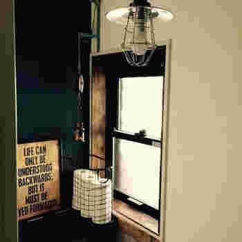 日本の住まいを海外の家と比べてみて、すぐに違いが分かるのが窓枠です。アルミサッシが使われていることが多い日本の住居ですが、このアルミサッシの窓枠だと生活感ただよう雰囲気に。  せっかく好みのスタイルでまとめてみても、何だか雰囲気が出ない、と思う方は思い切ってこの場所を変えてしまいましょう。DIYで窓枠を作ったり、苦手な方は内窓キットを購入して取り付けたり。窓枠を変えるだけで部屋の印象は大きく変わるはず!