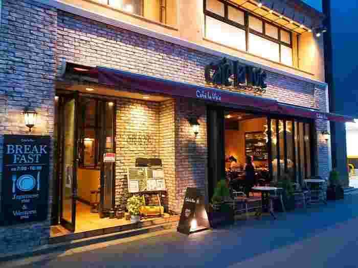 新宿駅西口徒歩3分のところにあるビジネスホテル「かどやホテル」内にあるのが、こちらのカフェラヴォワ(Café la Voie)。ホテルのお客さんはもちろんですが、一般の方も利用してOKなんですよ。