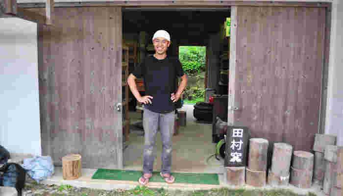 大宜味村で、田村将敏さん・麻衣子さんご夫婦が営む田村窯。小さな窯ながらも、モダンで力強い器が揃っています。