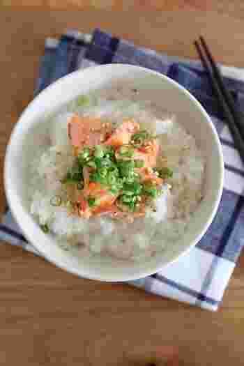 「焼き鮭×ネギ」の組み合わせは、定番中の定番です。鮭は香ばしく焼き上げ、粗めにほぐすと美味しくいただけます。