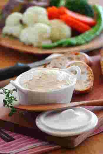 ツナ、クリームチーズ、ガーリックマーガリン、材料はこの3つ。作り方も混ぜるだけなので簡単に作ることが出来ます。ガーリックの食欲をそそる香りに、パンも野菜もたっぷり食べられます!